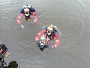Dykare i vattnet vid färjan Sept14